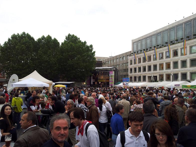 Blick über den Marktplatz gegen 18.30 Uhr beim Sommerfestival der Kulturen 2012