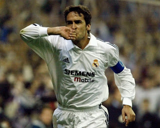 Real Madrid History and Current Players - Page 2 Raul+kissing+ring