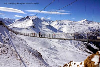 na zdjęciu most wiszący dla narciarzy