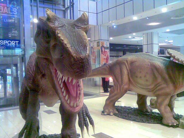 динозавр в супермаркете