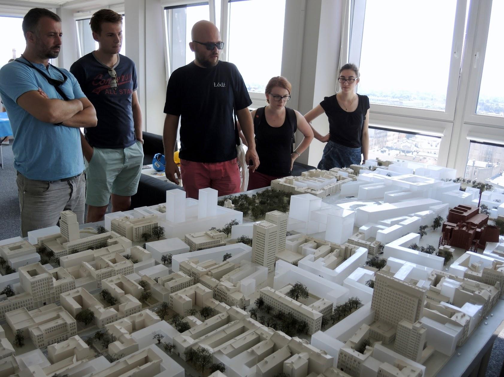 Wizyta na 15. piętrze Textilimpexu gdzie znajduje się punkt widokowy na NCŁ. Jest też makieta kwartału