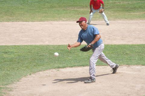 Elías Jasso de Insulinos Sur en el softbol de segunda fuerza