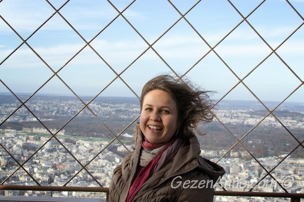 Eiffel kulesinin üçüncü katındaki rüzgarlı hava, Paris