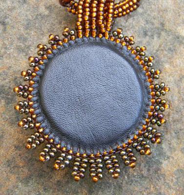 кулон золотистио-оранжевый с кабошоном из дихроичного стекла Anabel