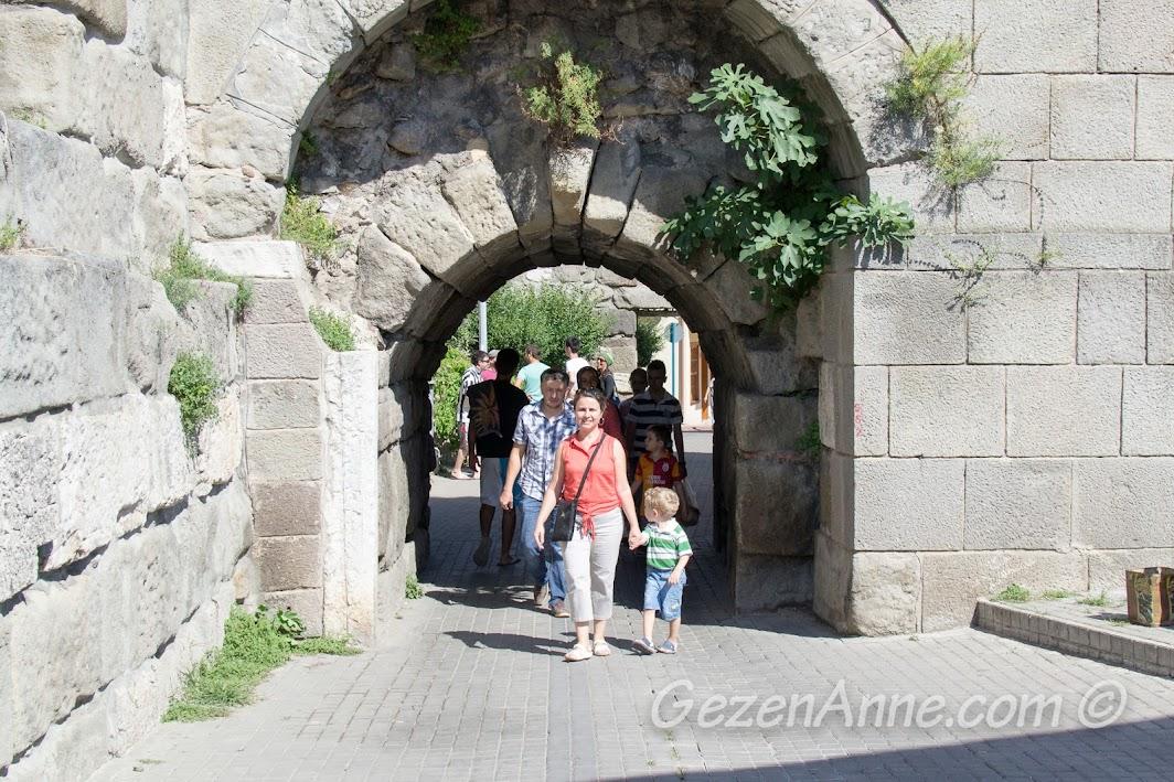 Amasra kalesinde dolaşırken