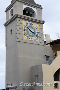 Piazza Umberto I'deki saat kulesi, Capri