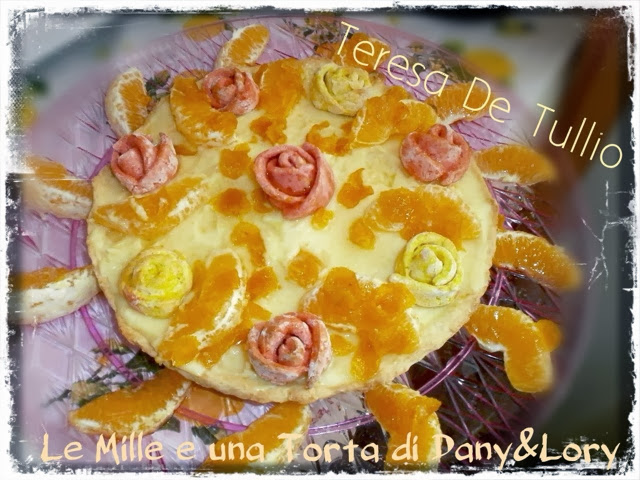 crostata con crema all'arancia decorata con rose e arance caramellate