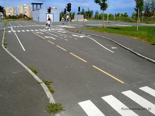 Miasteczko ruchu drogowego - są także pasy ruchu dla rowerów