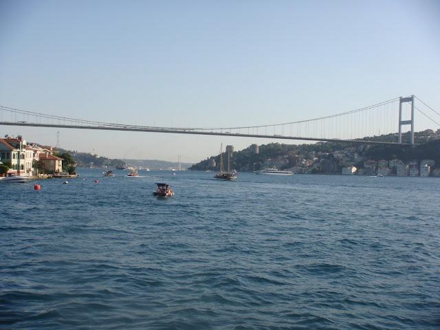 Tekneden Fatih köprüsü ve Rumeli Kalesi manzarası
