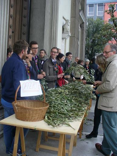 I giovani di Azione Cattolica distribuiscono l'ulivo benedetto