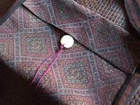 出来上がり。チン族胸巾はしっかりとした織りなので、縫い代というものは全く必要なし。初めから必要な形に織った布は全く無駄がない。