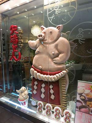店頭の豚のキャラ