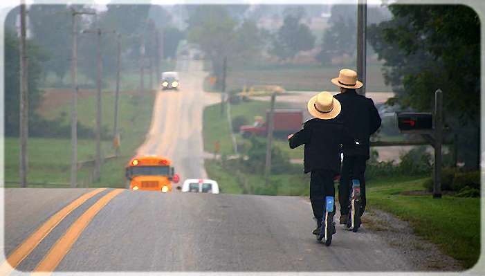 amish en trottinette sur la route