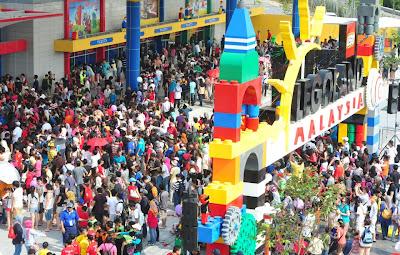 gambar perasmian Legoland Malaysia orang ramai hari pertama