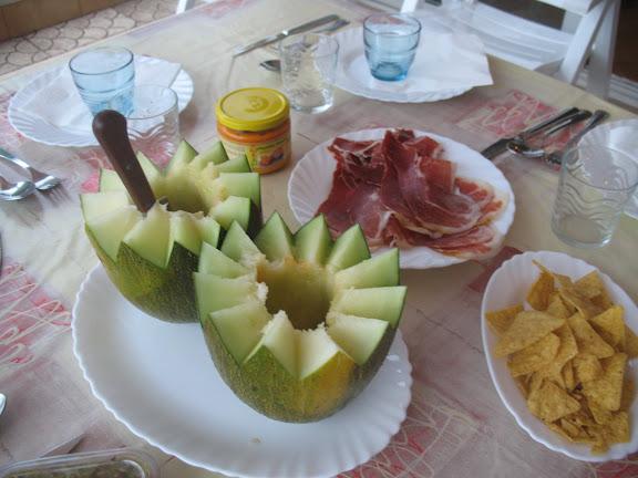 mesa con melón