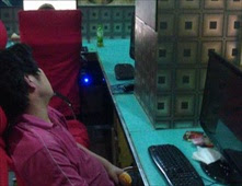 يعيش شهرين في مقهى إنترنت بحثاً عن وظيفة