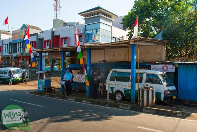 pangkalan angkot trayek Ledeng � Parongpong di Jalan Sersan Bajuri, Bandung