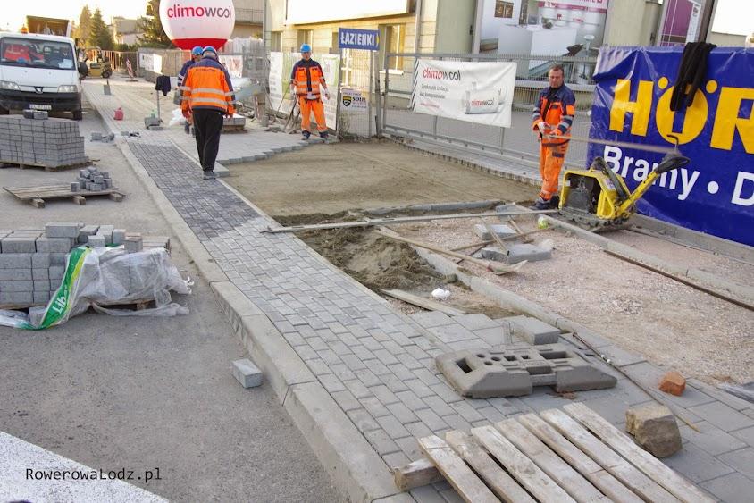 Panowie z budowy stwierdzili, że nie będa montować żadnych punktów teleportacyjnych. Droga dla rowerów się urywa i dalej będzie chodnik.