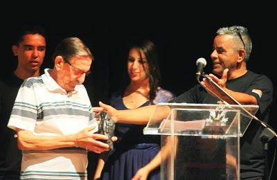 Benedito Miragaia recebe o seu Corvo de Gesso na sala Ariano Suassuna, no EducaMais Jacareí