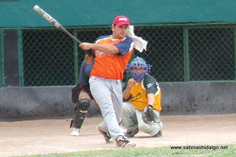 Héctor Mario García en el softbol dominical