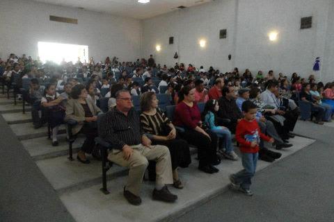 Asistentes a la ceremonia de altar de muertos en homenaje al Profr. Santiago Vara Jiménez