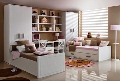 habitación infantil con dos camas blancas