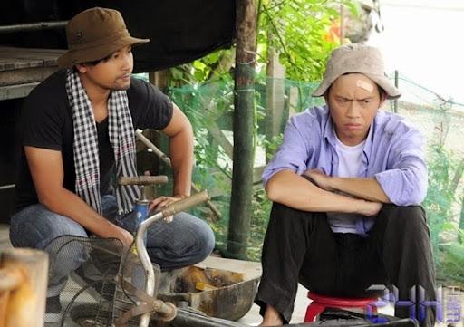 24hphim.net hoai linh va con trai nuoi bui doi het co trong lop hoc mot khong hai Lớp Học Một Không Hai