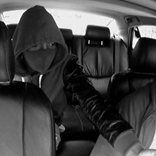 """A dupla usava os carros roubados através de """"carjacking"""" para assaltar postos de gasolina"""