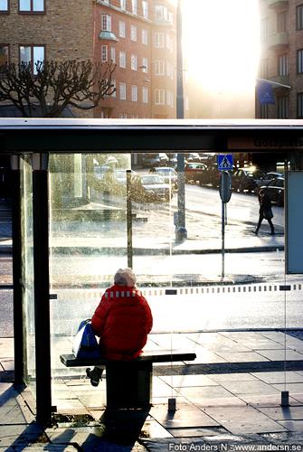 i väntan på våren, väntar på våren, waiting for spring, kvinna busskur, väntkur, sol, mellan husen, foto anders n
