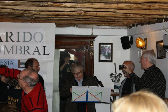 Antonio Gamoneda lee un poema en el Bar Correo de León