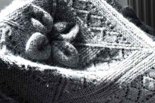 Knitted throw motive