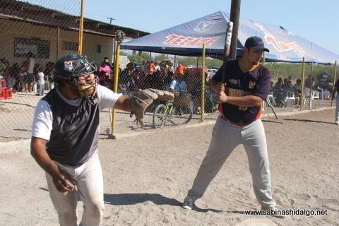 Enrique Domínguez bateando por Normal en el torneo de softbol del Club Sertoma