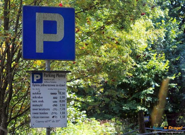 Parking płatny przy drodze na plażę w Czołpinie