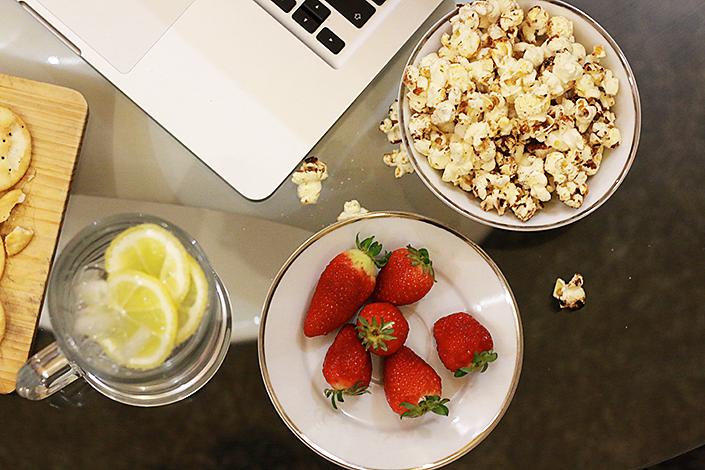 plateau TV équilibré, préparer un plateau repas sain et rapide, grignoter sans grossir, soirée télé pour deux, recette pop corn
