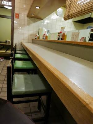 店内の厨房に面したカウンター席