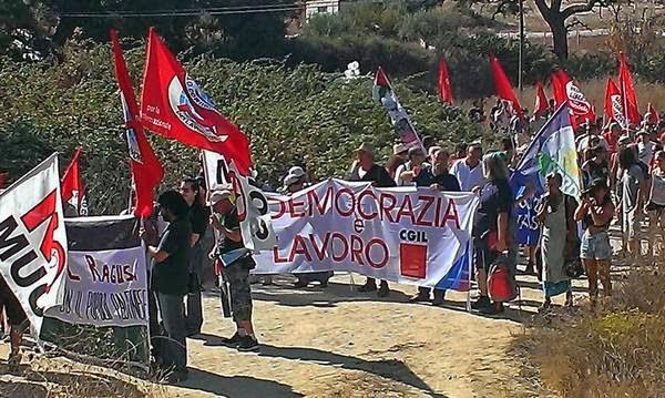 No MUOS, Niscemi, manifestazione, sulla antenna, 300px