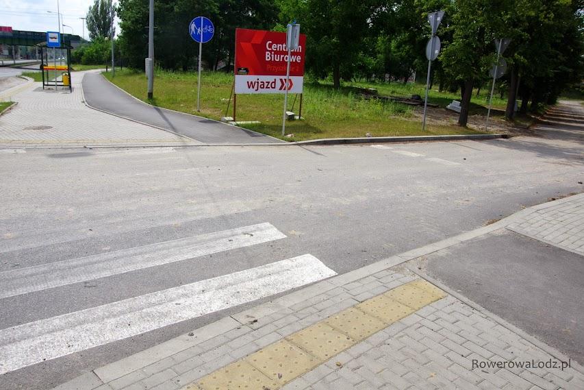 Jak już przejazd jest też z asfaltu, to wykonawca zafundował wysokie krawężniki.