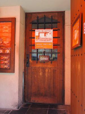 木を使った入口の扉