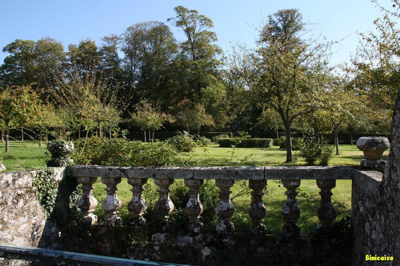 Balcons sur jardin. dans Jardins et maisons