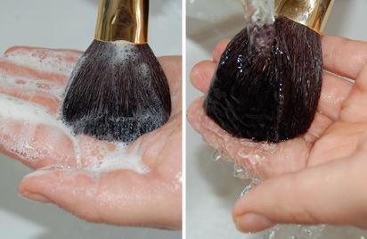 pincel de maquiagem sendo lavado