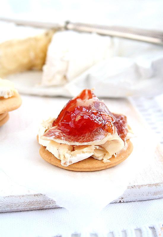 Tostas de jamon, camembert y mermelada de tomate