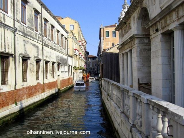 Разрушающиеся венецианские здания в классическом стиле