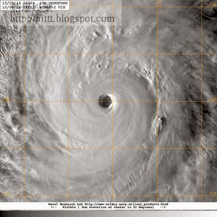 超強颱風黃蜂的可見光衛星雲圖,中心附近雲層平滑如鏡,風眼清晰可見,是超強颱風的典型特徵。風眼邊緣是風力最強、天氣最惡劣的地區。(來源:美國海軍研究實驗室)