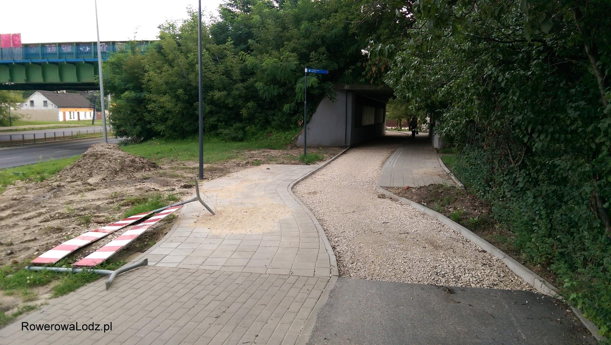 Przy wiadukcie kolejowym i stacji PKP Pabianicka