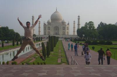 Salto delante del Taj Mahal, Agra, India