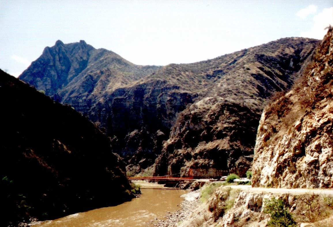 Die Brücke über den Apurimac. Hier unten herrscht eine Gluthitze, die einem beim folgenden steilen Anstieg den höhergelegenen, kühlen Regionen entgegenfiebern lässt.