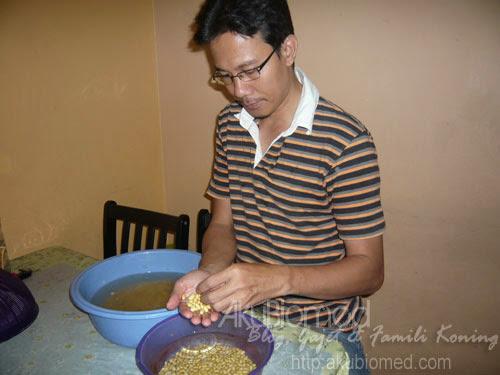 membuang kulit kacang soya