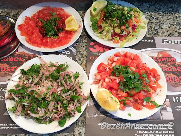 Adana'daki Kaburgacı Yaşar Usta'da kebap yanında servis edilen mezeler