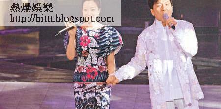 成龍拖著韓國女星金喜善出場高歌,之後二人更抱抱錫面。
