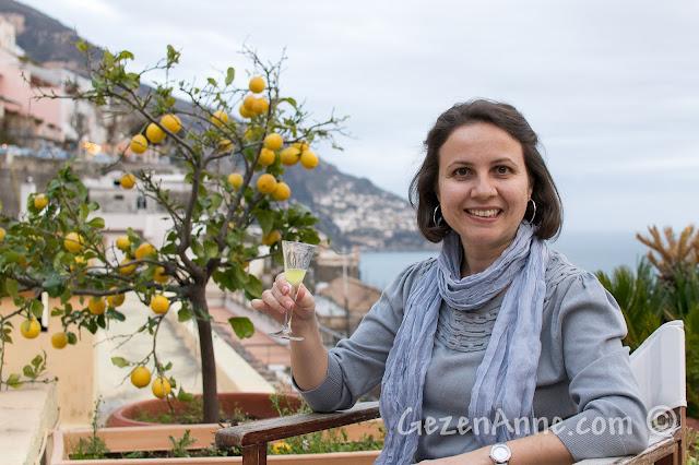 Positano'da Villa Yiara'da denize karşı limoncello içerken